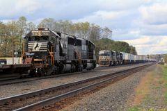 Güterzüge der Norfolk & Southern begegnen sich in Cresson, PA, USA