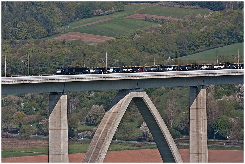 Güterzug auf der Fuldatalbrücke
