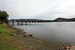 Güterzug der Norfolk & Southern fährt über eine 1,2 km lange Brücke,Marysville,PA,USA