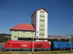 Güterzug vor dem Lagerhaus