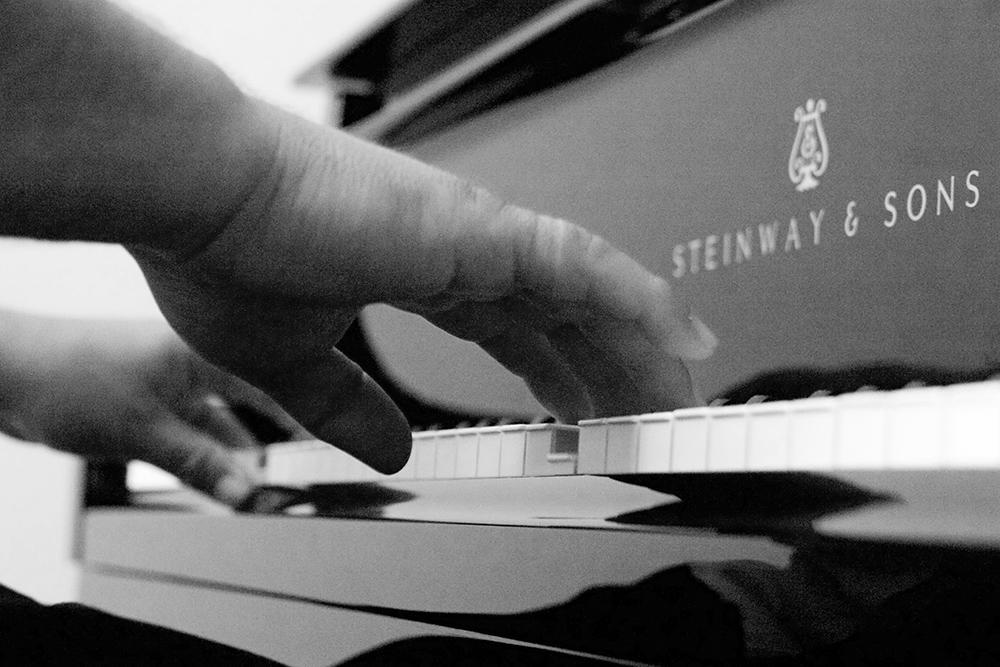 Hände die Musik erspüren
