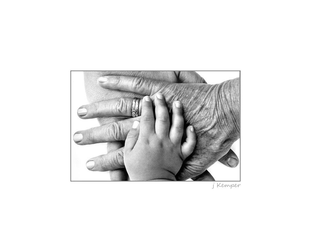 - Hände von 3 Generationen -
