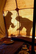 Händewaschen hinter dem Zelt in der Wüste