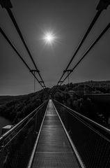 Hängebrücke im Sonnenlicht