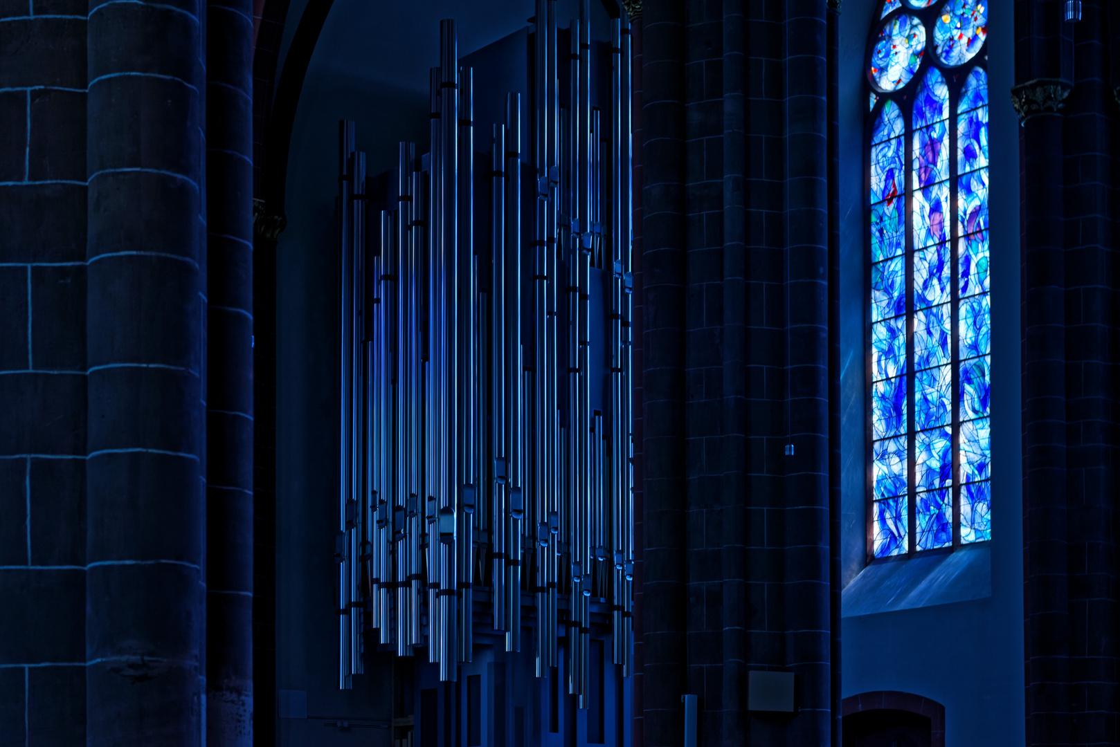 Hängende Orgelpfeifen im Licht der Chagallfenster