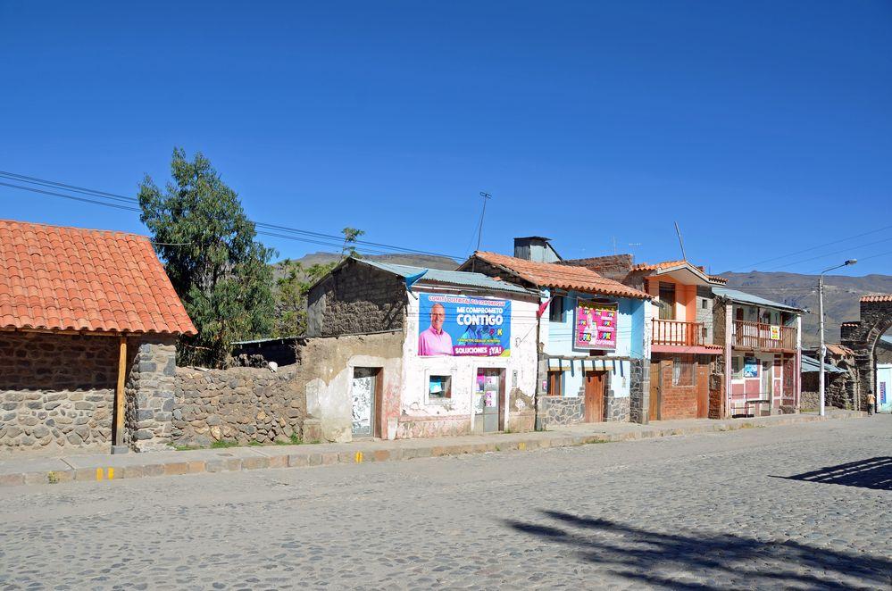 Häuser an der Hauptstraße in Corporaque