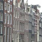 Häuserfront an einer Gracht in Amsterdam