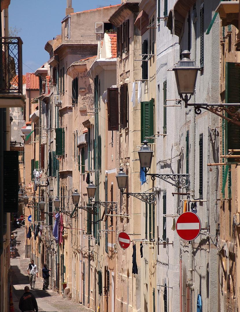 Häuserschlucht in Alghero