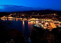 Hafen von Oban bei Nacht