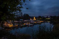 Hafen von Rüdesheim zur blauen Stunde