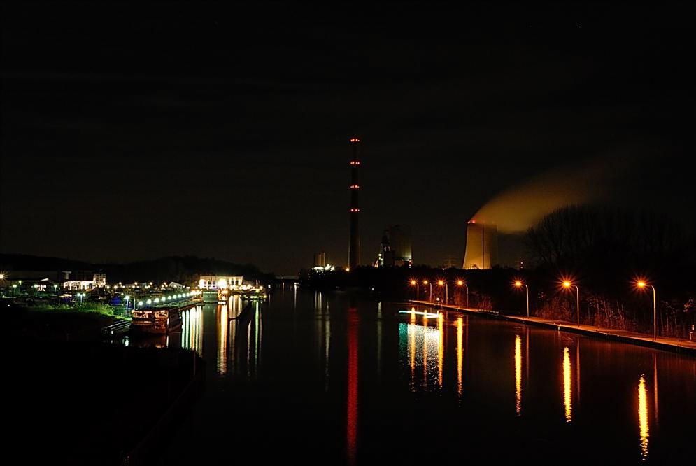 Hafenanlage bei Nacht
