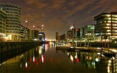 ** Hafencity bei Nacht **