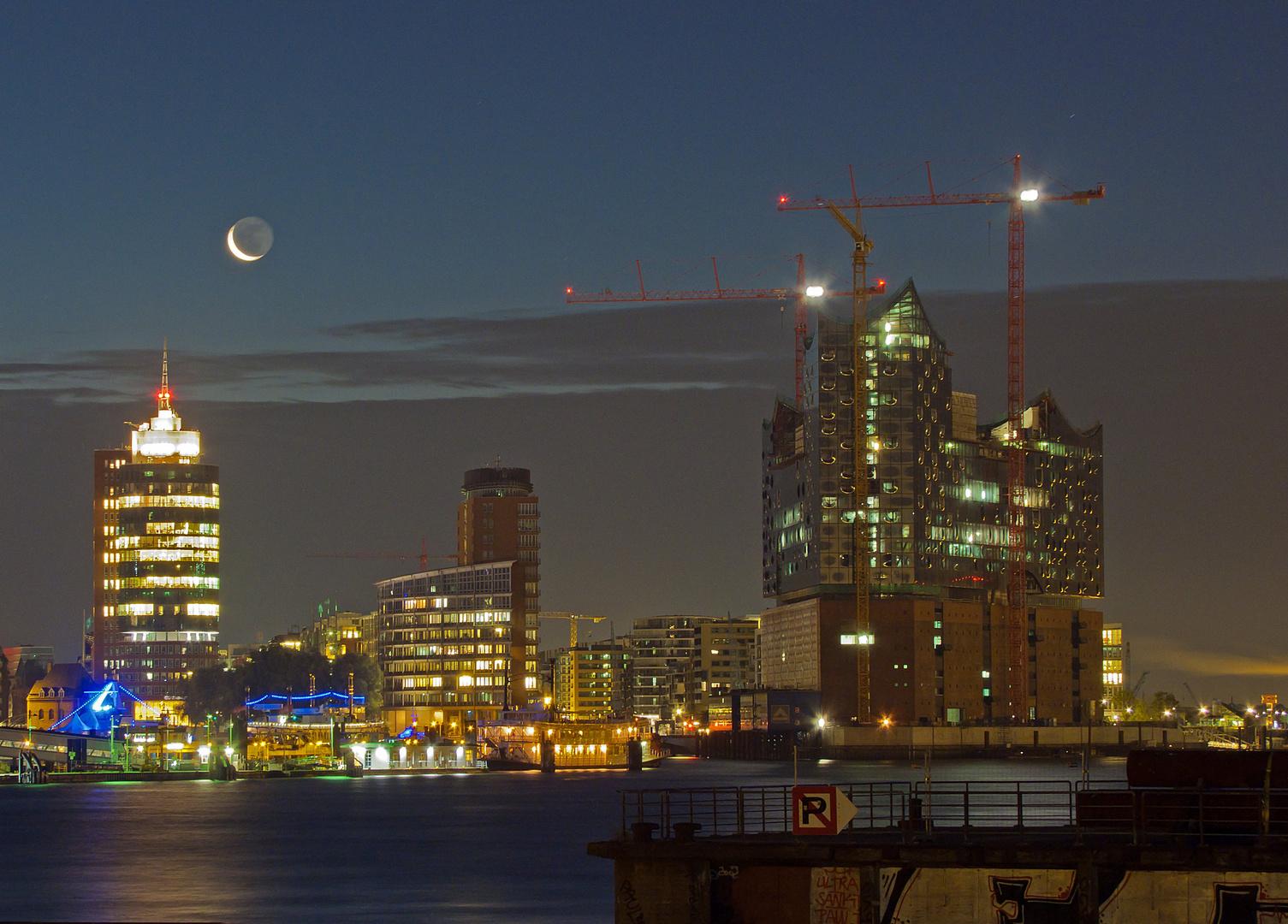 Hafencity unterm Mond
