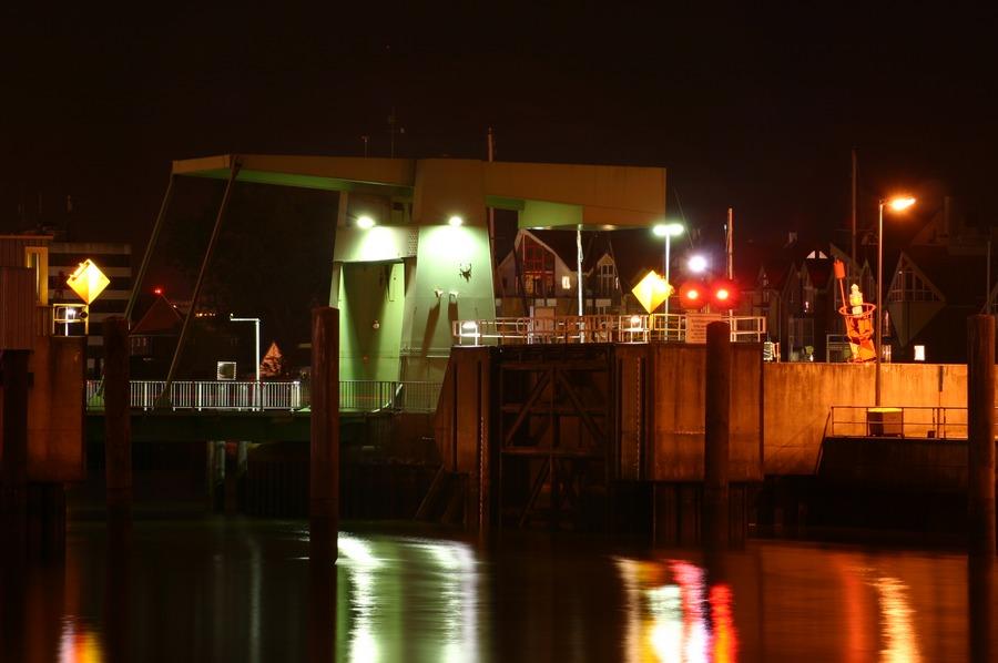 Hafeneinfahrt mit Klappbrücke