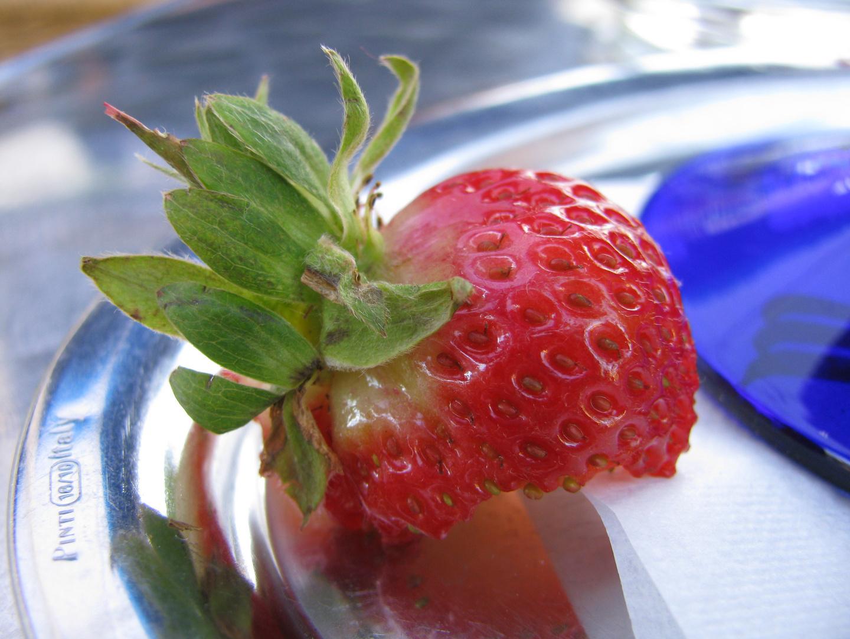 Halbe ERdbeere aufgegessen