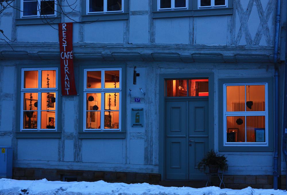 Halberstadt: beleuchtete Fensterfront