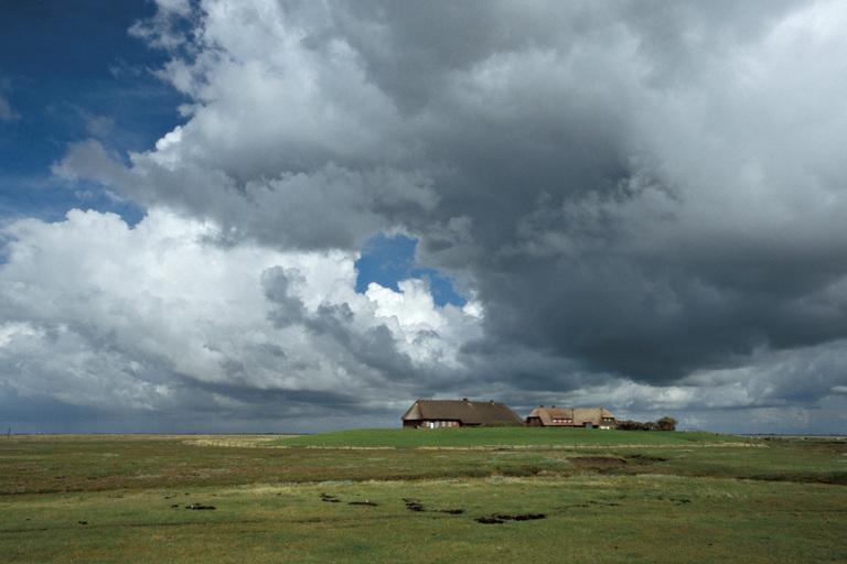 Hallig Gröde - Wolken über der Kirchwarft