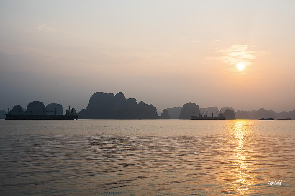 Halong Bay im ersten Licht