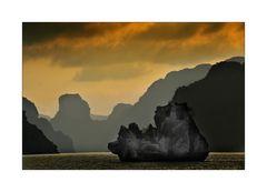 Halong Bucht im letzten Abendlicht