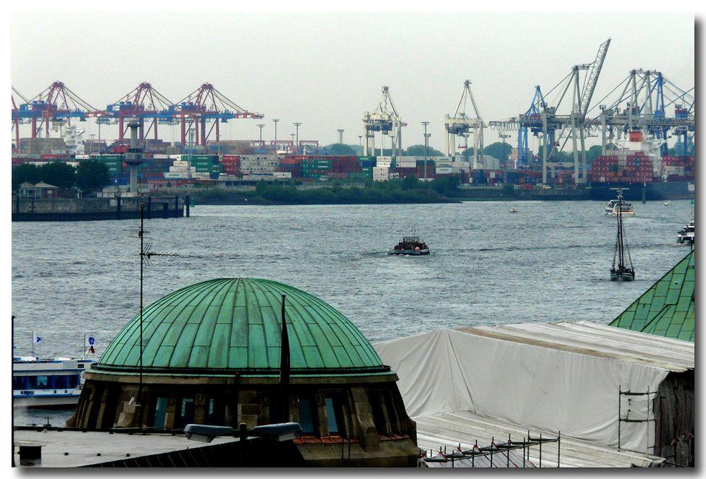 Hamburg - eine bizarre Hafenkulisse