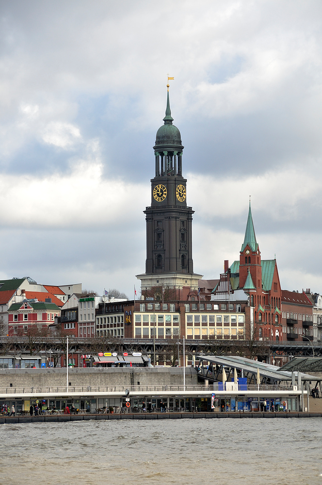 Hamburg Landungsbrücke mit St.Michaelis 18