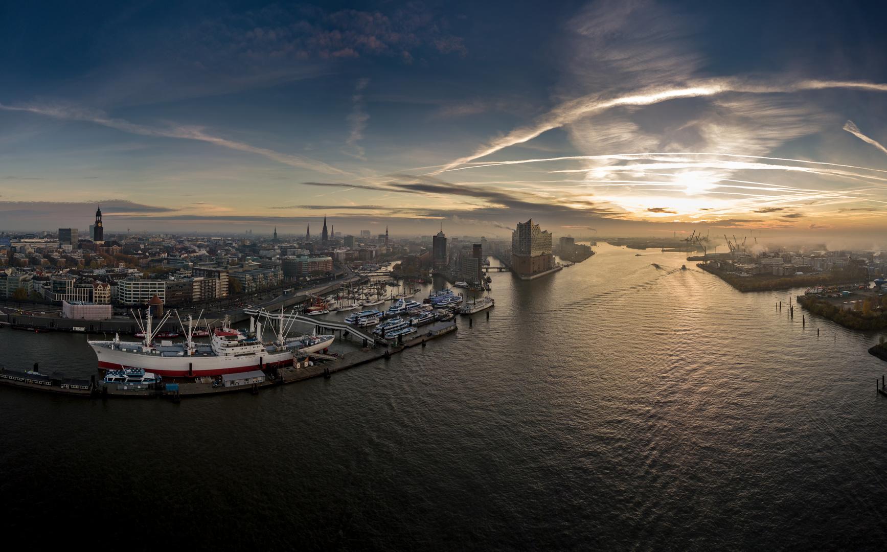 Hamburg mit Elbphilharmonie, Landunsgbrücken, Speicherstadt und Hafencity bei Sonnenaufgang