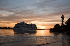 Hamburg Rissen und die AIDA im Sonnenuntergang