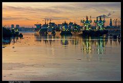 Hamburg, Schiffe auf Reede an den Dalben - Ships parking and waiting