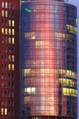 Hamburg — Sonnenuntergang spiegelt sich in der Glasfront