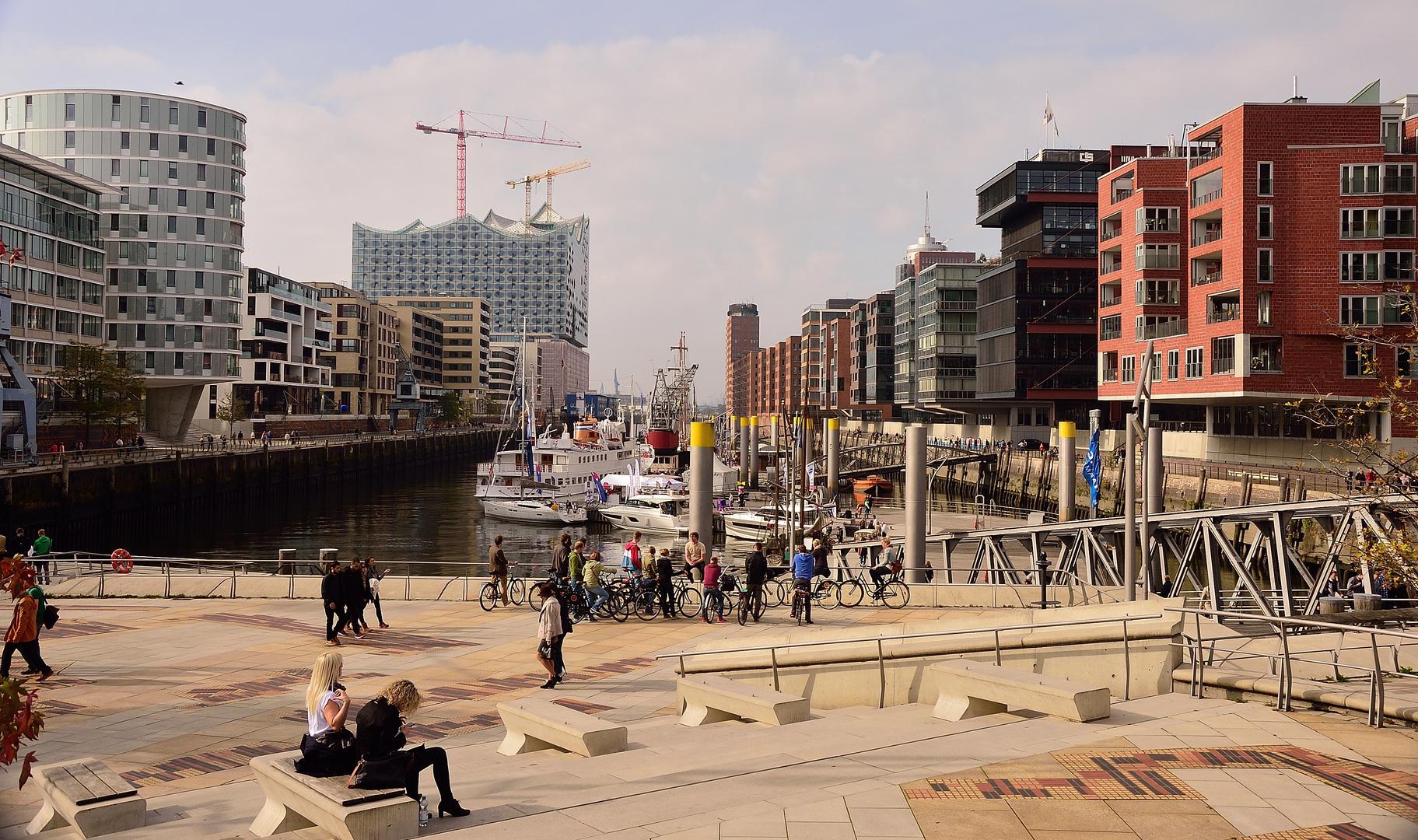 Hamburger Hafencity mit Blick zur Elbphilharmonie
