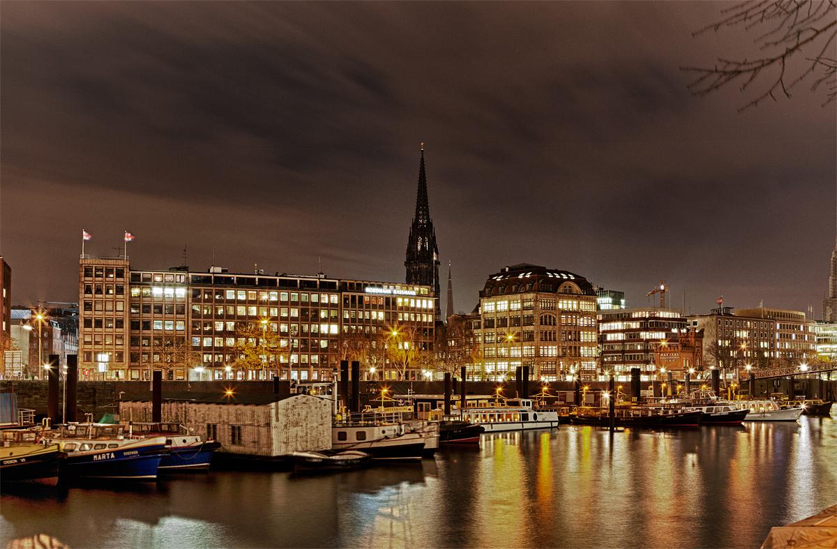 Hamburger Hafenrand bei Nacht - HDR