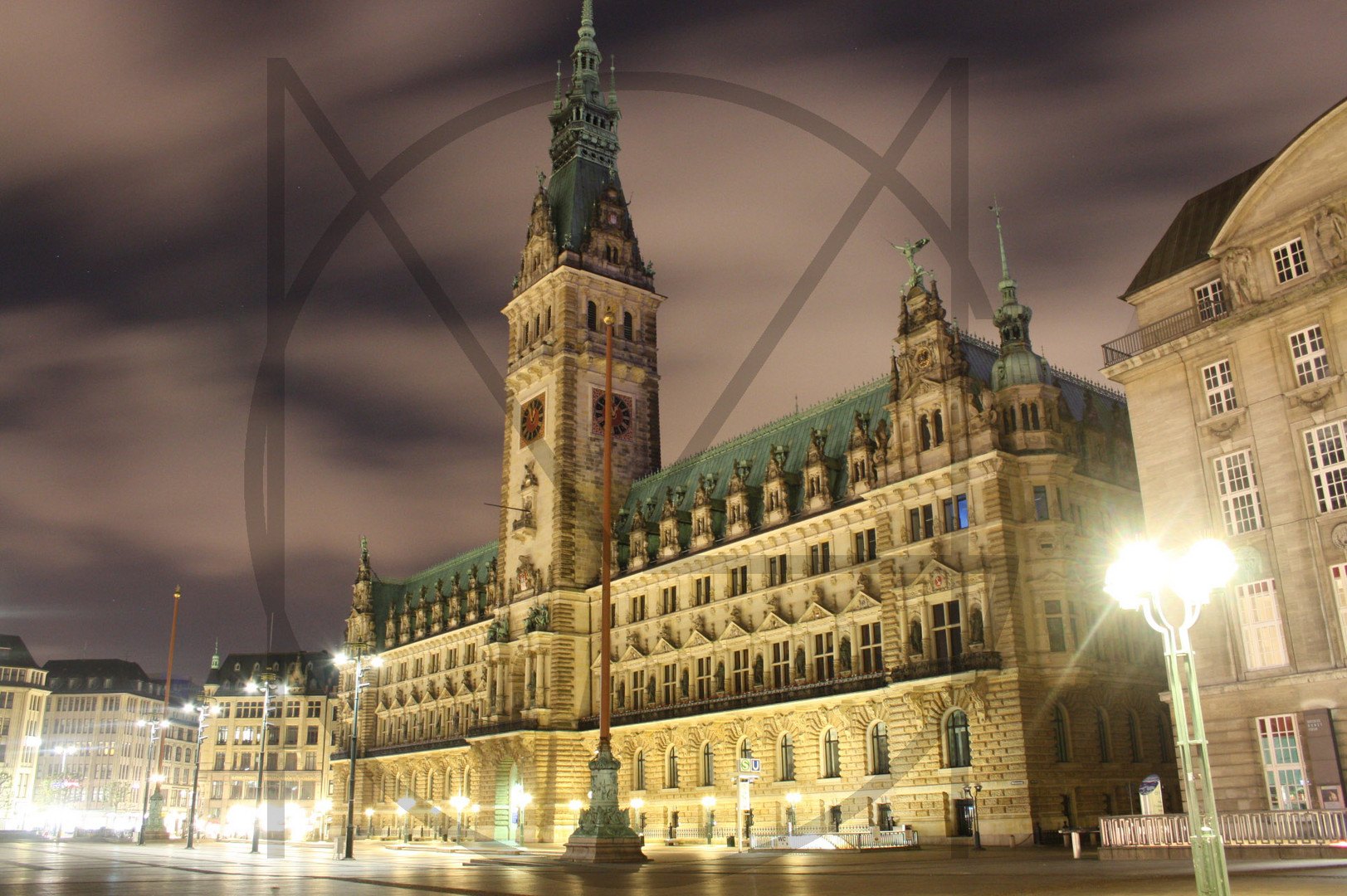 Hamburger Rathaus bei Nacht