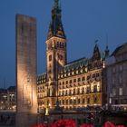 Hamburger Rathaus - mit Geranien