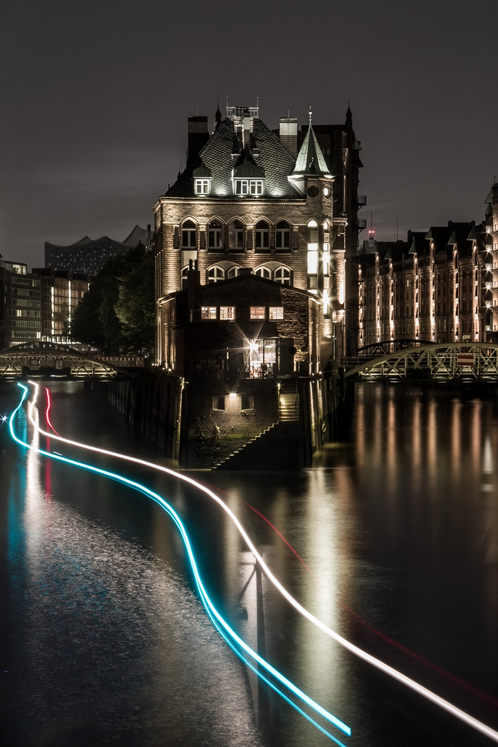 Hamburgs Speicherstadt bei Nacht