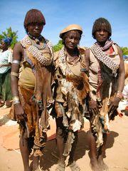 Hamer - Frauen auf dem Weg zum Markt in Turmi
