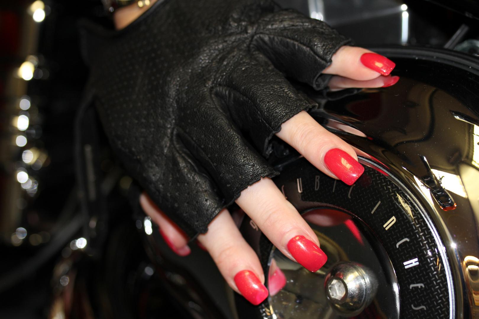 Hand mit Lederhandschuh auf Harley