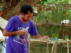Handarbeit: Fischer beim Netz flicken.