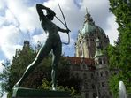 Hannover, Trammplatz, Bogenschütze vorm Neuen Rathaus