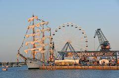 Hanse Sail 2019 am Abend im Rostocker Stadthafen