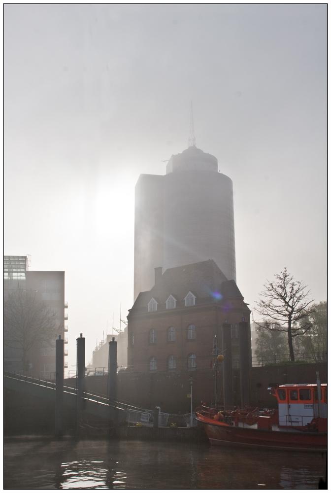 Hanseatic-Trade-Center im Morgennebel