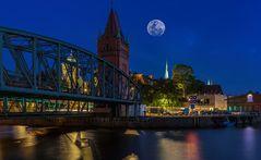 Hansestadt Lübeck: Der Mond ist aufgegangen!