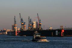 """""""Harmonie"""" im Hamburger Hafen on Tour - Im Hintergrund die """"Elbphilharmonie"""""""