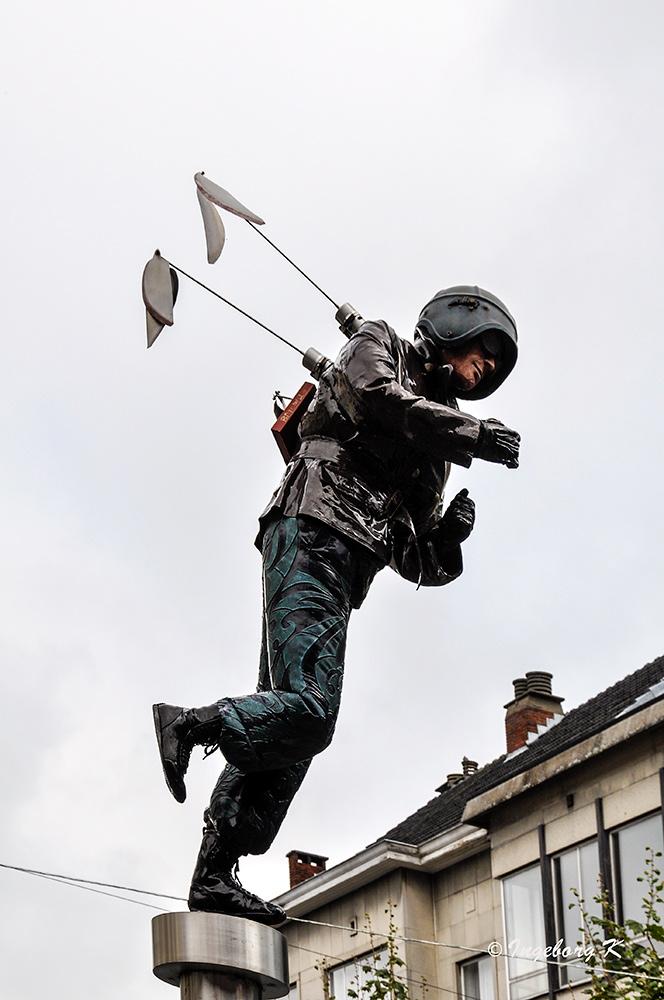 Hasselt - Skulptur eines Fallschirmspringers