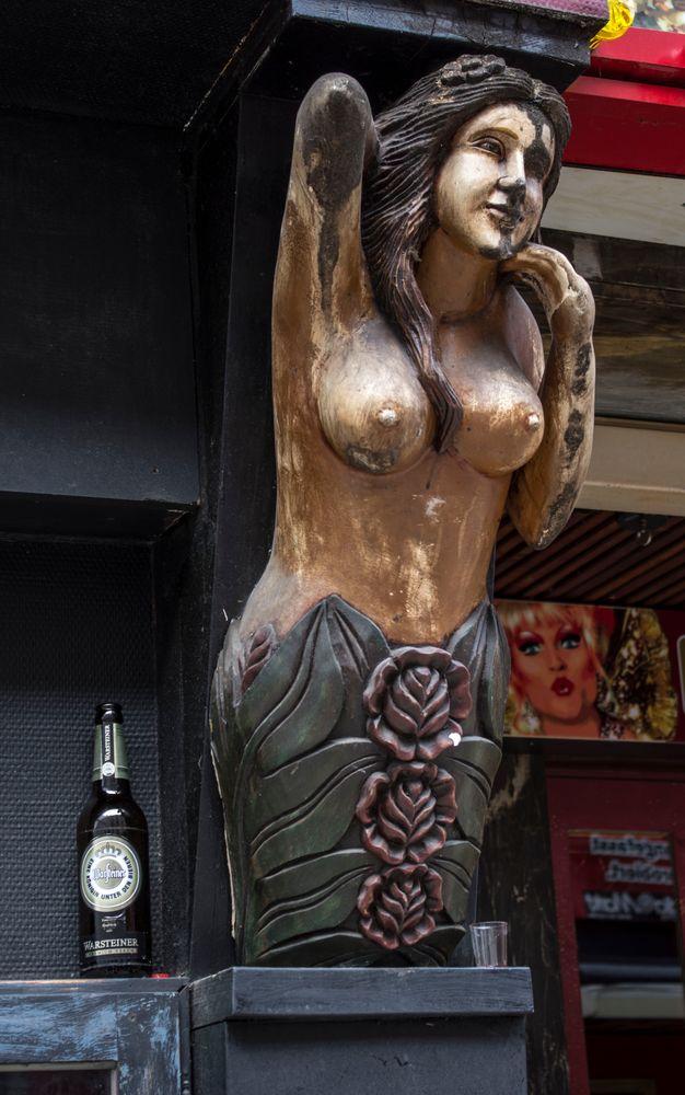 Hat wohl Durst die Dame