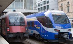Hauptbahnhof München Gleise 14 und 15 - Auf Gleis 13 steht zeitgleich der Nostalgiezug