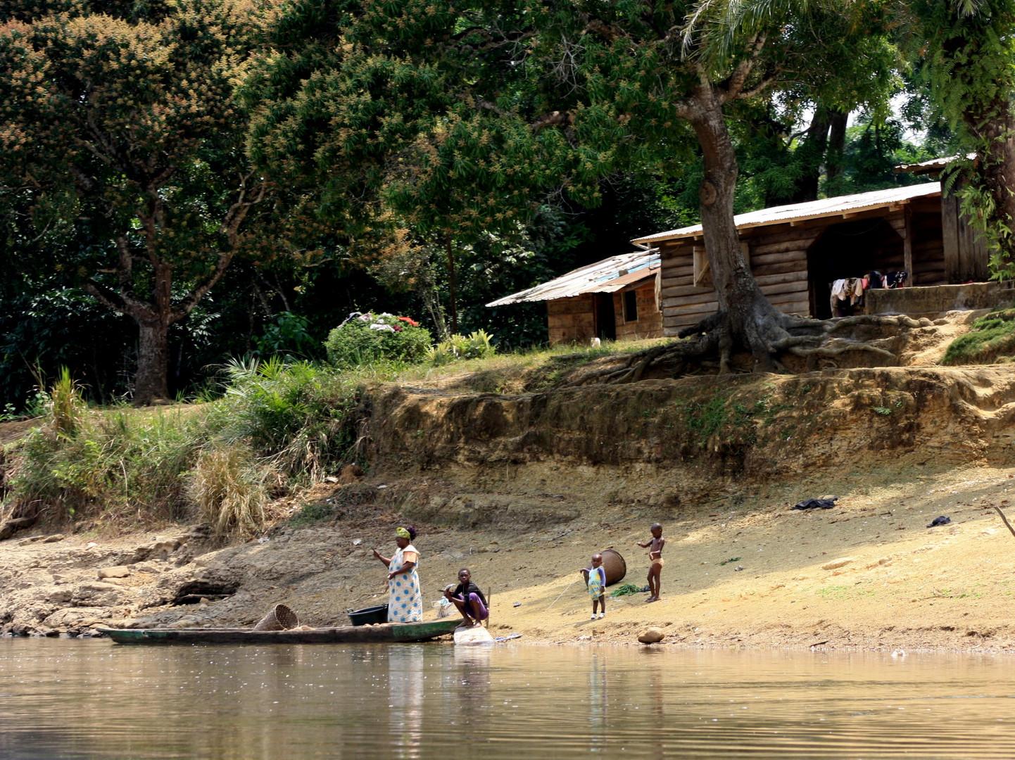 haus am fluss foto bild africa central africa gabun bilder auf fotocommunity. Black Bedroom Furniture Sets. Home Design Ideas