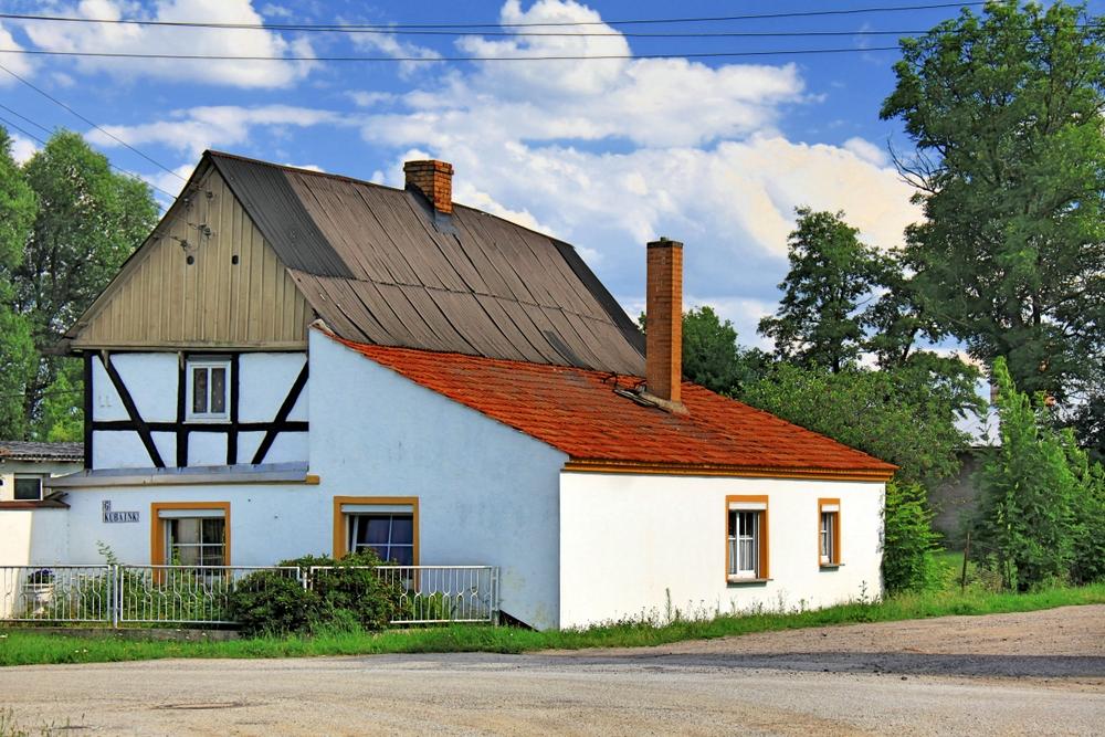 Haus an der Wegkreuzung Foto & Bild