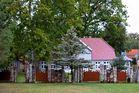 Haus mit Palisadenzaun