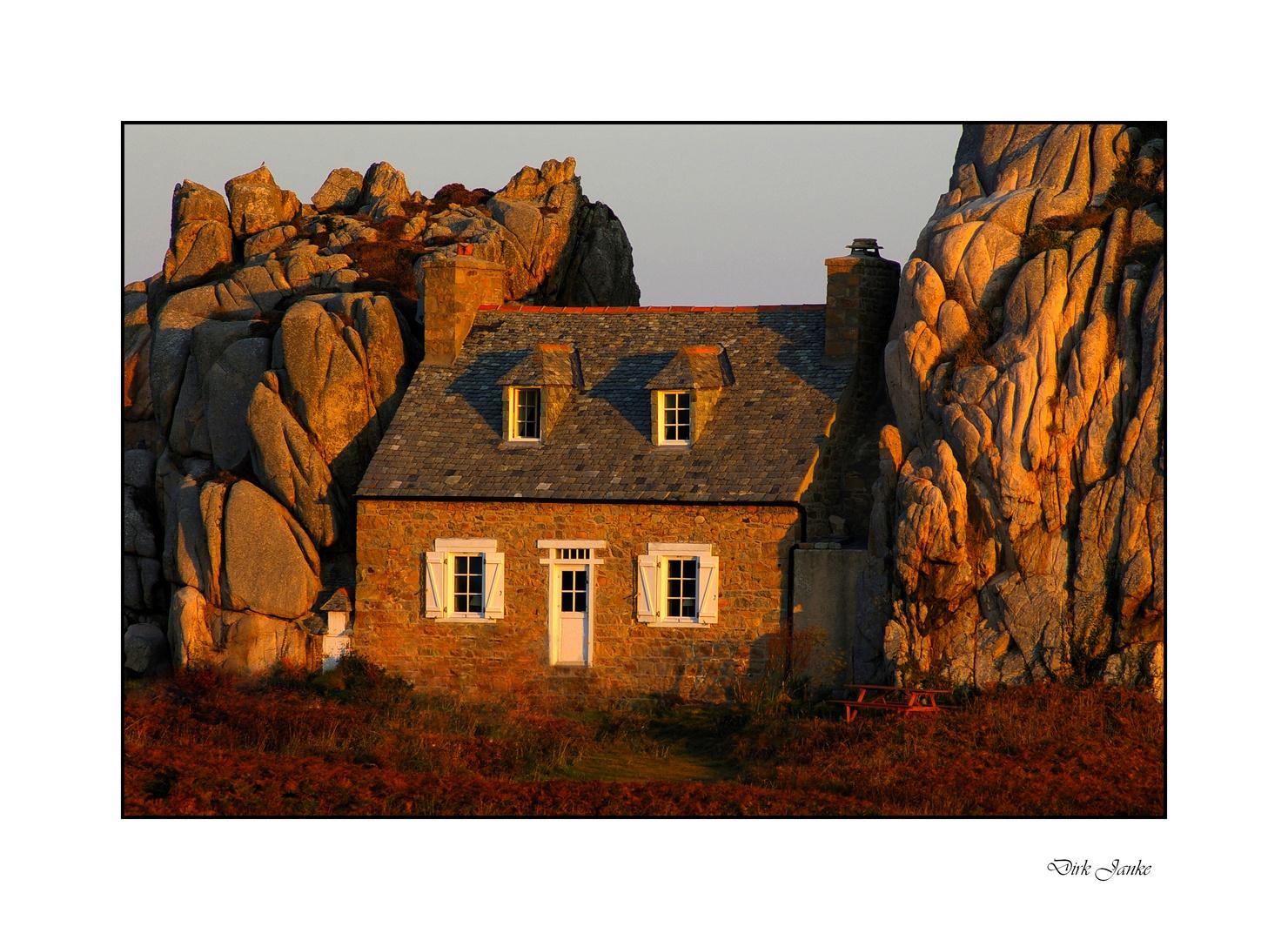 Haus zwischen den Felsen