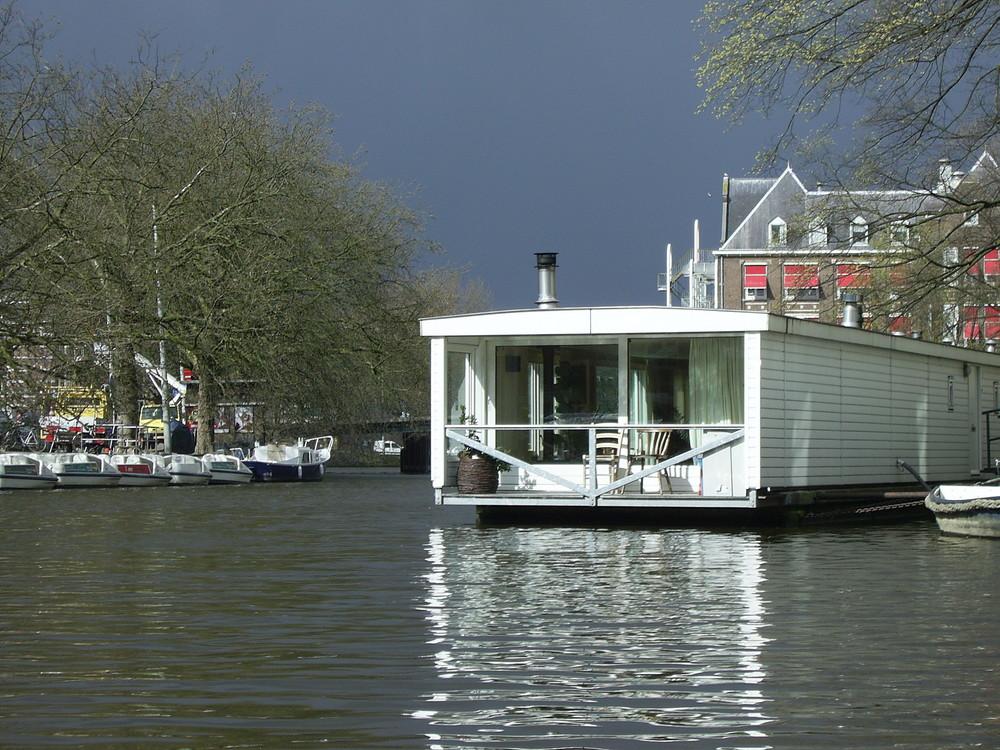 Hausboot in einer Gracht in Amsterdam